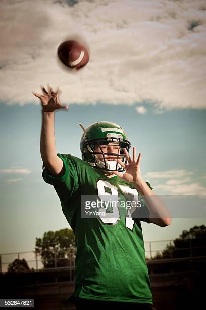 American Football Player-Quarterback passa la palla