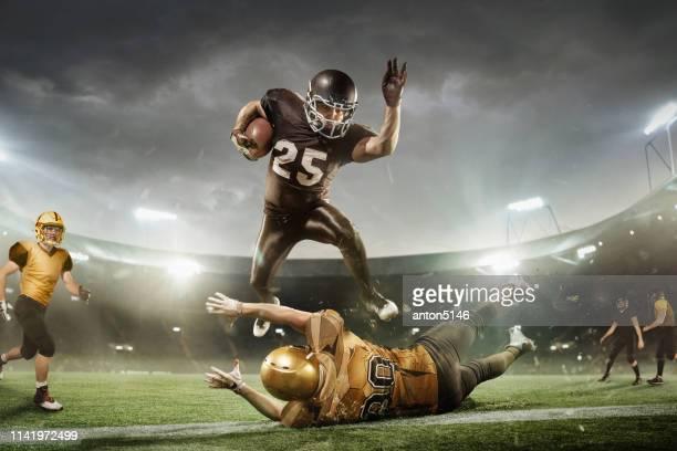 jugador de fútbol americano en el estadio corriendo en acción. papel tapiz deportivo con copyspace. - corredor jugador de fútbol americano fotografías e imágenes de stock