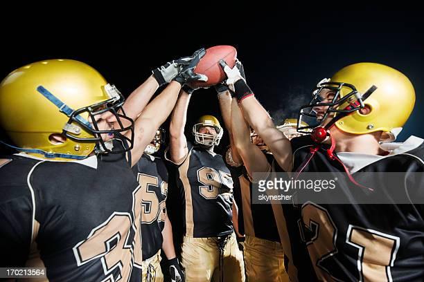 futebol americano de trabalho em equipe. - touchdown - fotografias e filmes do acervo