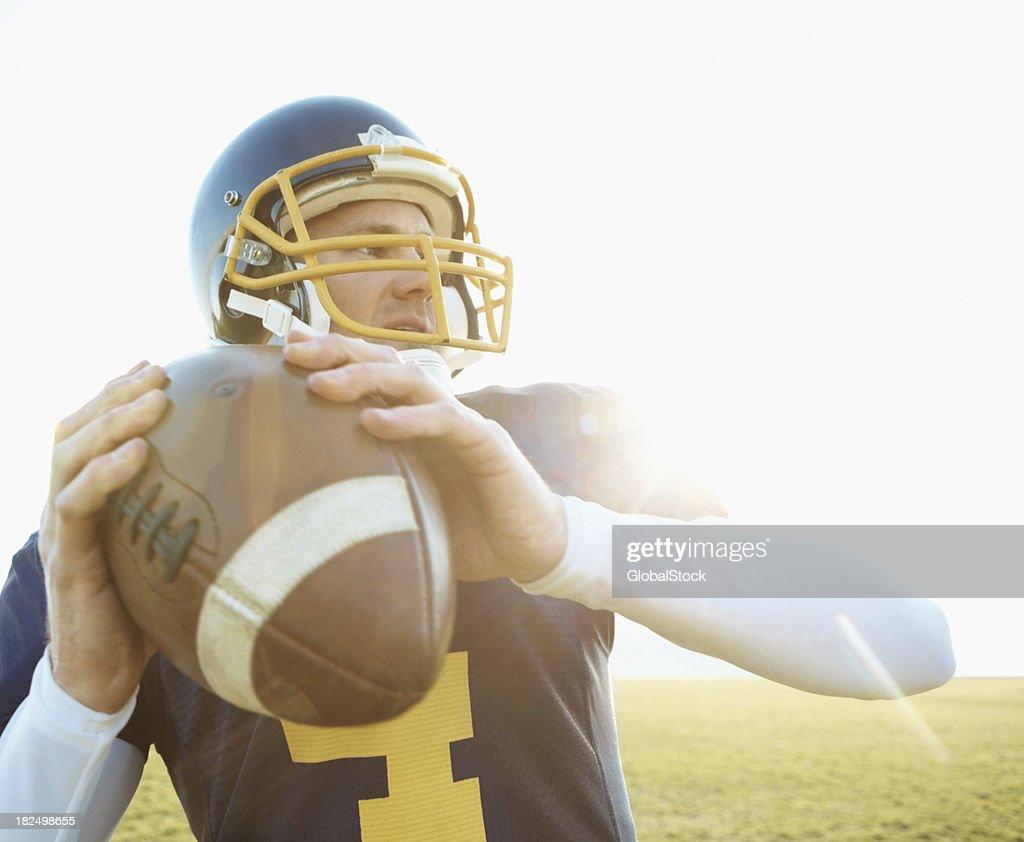 American footballer a punto de lanzar la pelota : Foto de stock