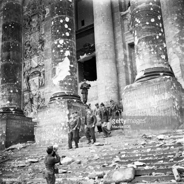 American General Omar BRADLEY coming down the steps of the Reichstag in ruins in Berlin in May 1945 Le général américain Omar BRADLEY descend les...