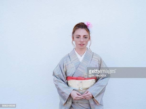 american girl wearing on kimono - 着物 ストックフォトと画像