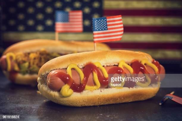 amerikaans hotdog voor 4 juli - amerikaanse cultuur stockfoto's en -beelden