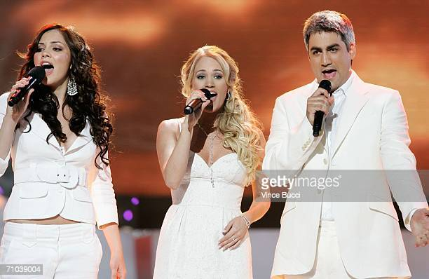 American Idol contestants Katherine McPhee Kellie Pickler and Taylor Hicks perform onstage during the American Idol Season 5 Finale on May 24 2006 at...