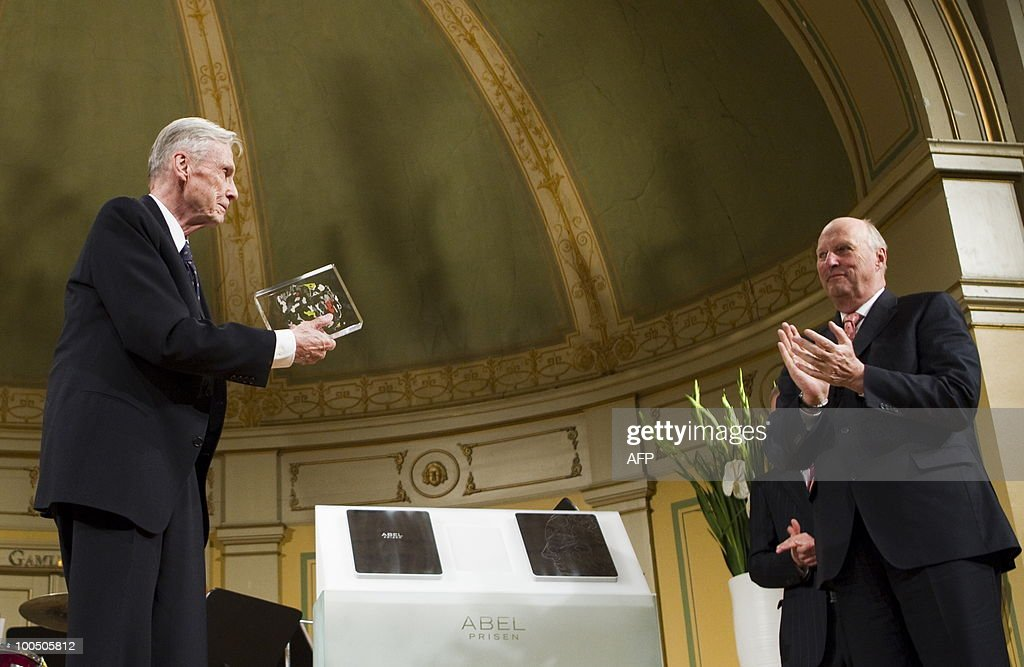 American mathematician John Torrence Tate (left) of the University of Texas receives the Abel Prize by King Harald (R) of Norway during an award ceremony in Oslo on May 25, 2010. The Abel Prize carries a cash award of NOK 6,000,000 (close to � 730,000 or US$ 1 mill.) is awarded by the Norwegian Academy of Science and Letters. AFP PHOTO NORWAY Berit Roald
