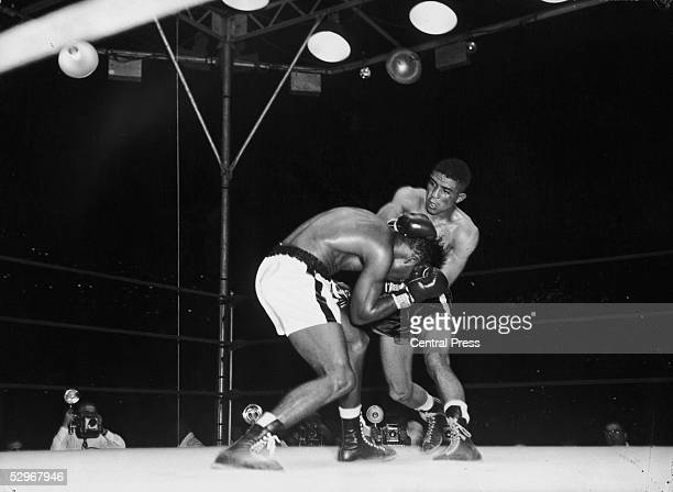 American middleweight boxer Sugar Ray Robinson struggles to escape from the hold of English boxer Randolph Turpin during their world middleweight...
