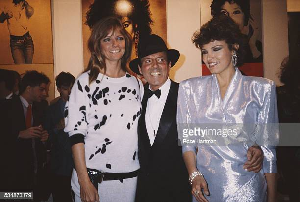 LR American model and actress Cheryl Tiegs American fashion photographer Francesco Scavullo and American actresses Raquel Welch at an exhibition...