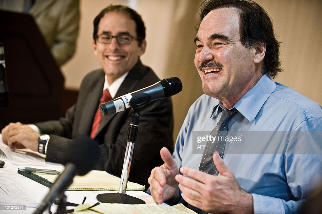 American moviemaker Oliver Stone (R) and co-scriptwriter Mark Weinsbrounth during a press conference in Caracas May 28, 2010 to launch his documentary film 'Al sur de la frontera'. AFP PHOTO / Miguel GUTIERREZ