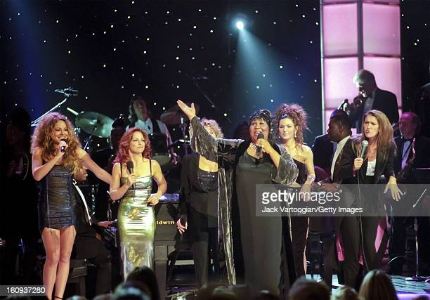 American musician Aretha Franklin performs with from left Mariah Carey Gloria Estefan Carole King Shania Twain and Celine Dion during the 'Divas Live...
