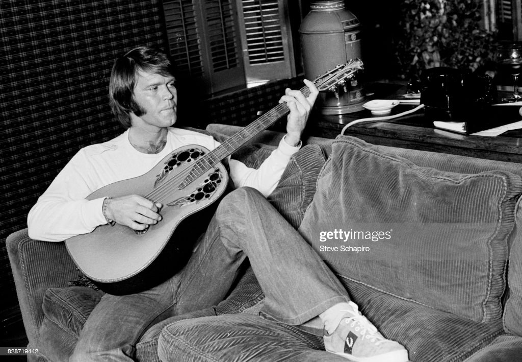 Glen Campbell Plays Guitar : News Photo