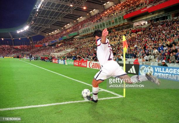 American national soccer team player Claudio Reyna shoots a corner kick 25 June at the La Beaujoire stadium in Nantes, western France, during the...