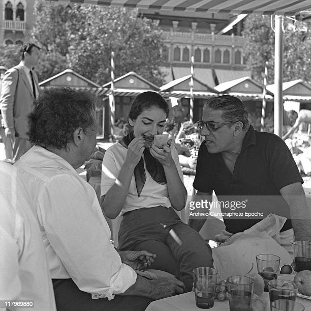 American opera singer Maria 'Callas' Kalogheropoulos Meneghini putting her lipstick on and sitting with Elsa Maxwell and Aristotele Onassis on a...