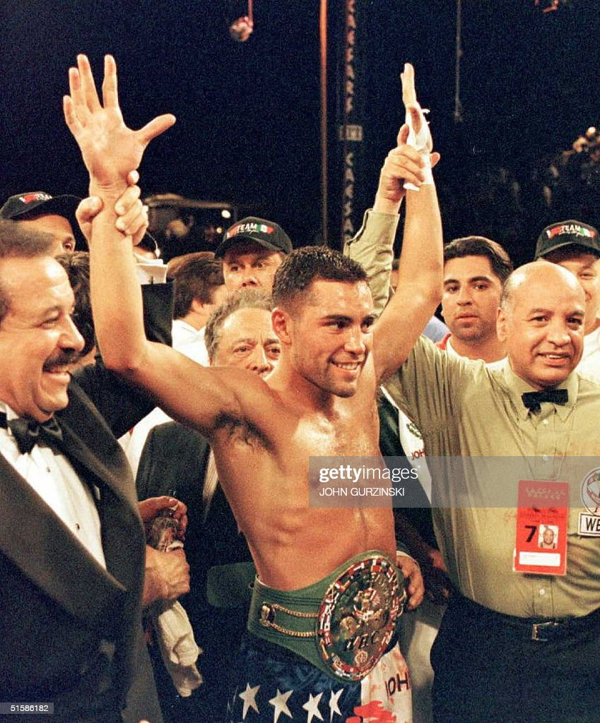 American Oscar de la Hoya wears the WBC Super Ligh : News Photo