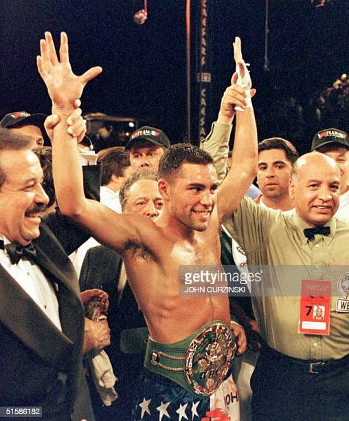 American Oscar de la Hoya wears the WBC Super Lightweight Title belt 07 June after he defeated former champion Julio Cesar Chavez from Mexico with a...