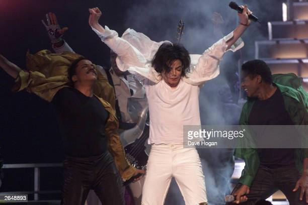 American pop star Michael Jackson and brothers perform on stage at his 30th anniversary celebration show at Madison Square Gardens on September 10...