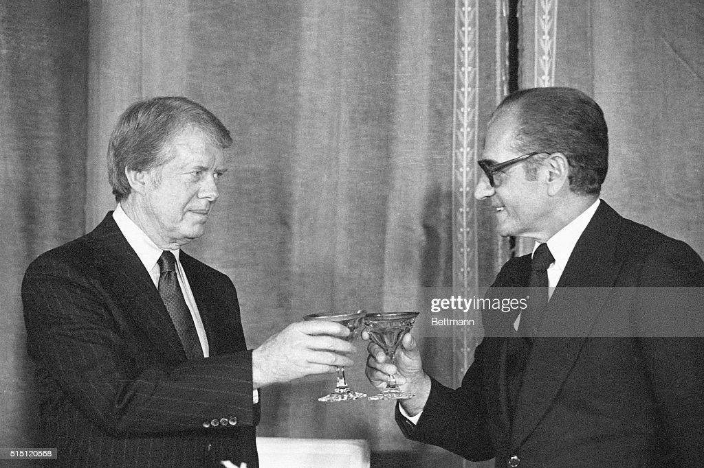 President Jimmy Carter and Shah Reza Pahlavi Toasting : ニュース写真