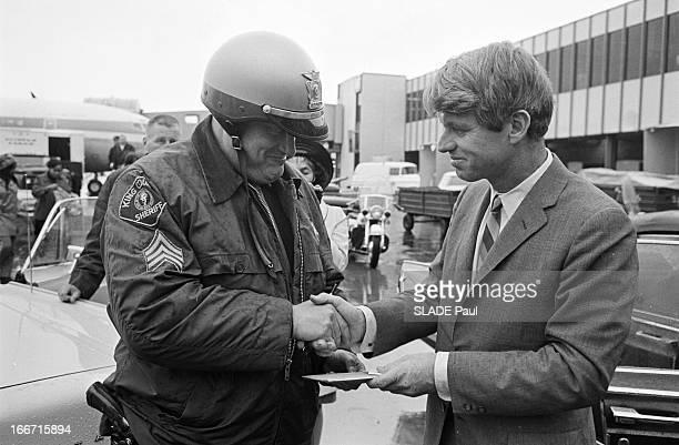 American Presidential Election 1968 Campaign Of Robert Francis Kennedy Aux EtatsUnis en mars 1968 près d'un aeroport Robert KENNEDY en veste et...