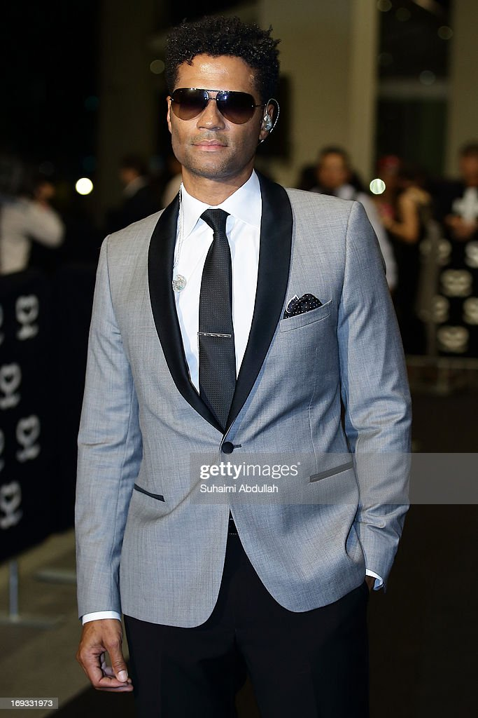 American R&B and neo soul singer-songwriter, Eric BenŽt Jordan walks the red carpet during the Social Star Awards 2013 at Marina Bay Sands on May 23, 2013 in Singapore.
