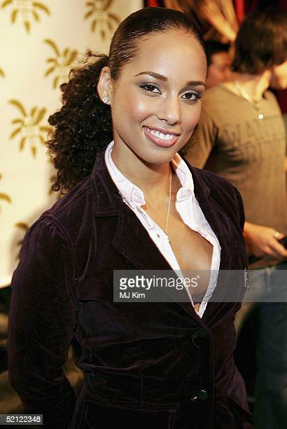 American RB singer Alicia Keys poses at a photocall ahead of tomorrow's MTV Asia Aid at the Met Bar of The Metropolitan Hotel on February 2 2005 in...