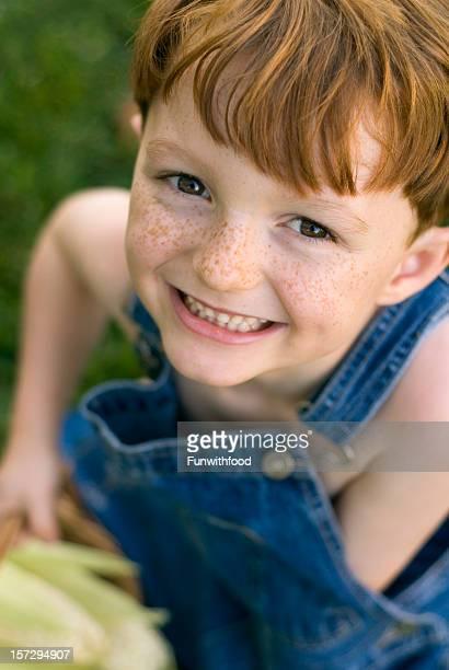 アメリカン赤毛フレックル顔の男の子&オーバーオール、お子様の収穫トウモロコシ