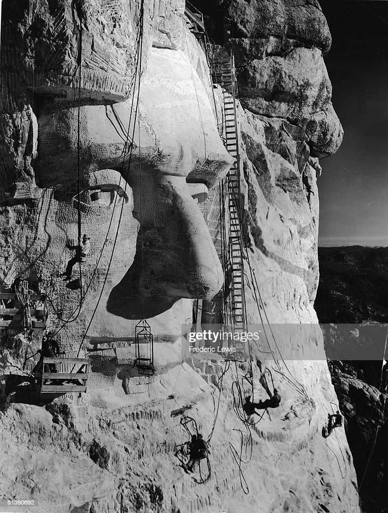 Carving Lincoln's Head : News Photo