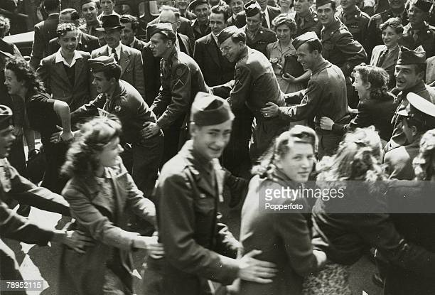 American Servicemen and English girls dancing together in Piccadilly Circus during Victory over Japan Day celebrations to mark the end of conflict in...