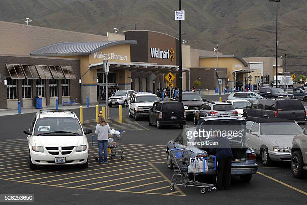 American shoppers at Walmart 24 hours open for consumers 6 May 2011