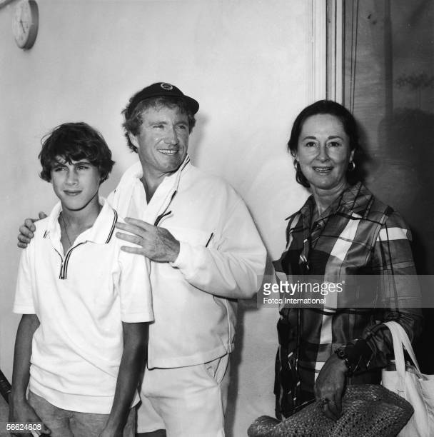 American singer actor talk show host and empresario Merv Griffin stands between his son Tony and his wife future internet quiz entrepreneur Julann at...