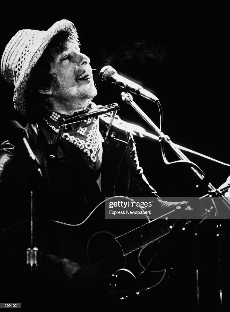 Bob Dylan Performing In Concert : News Photo