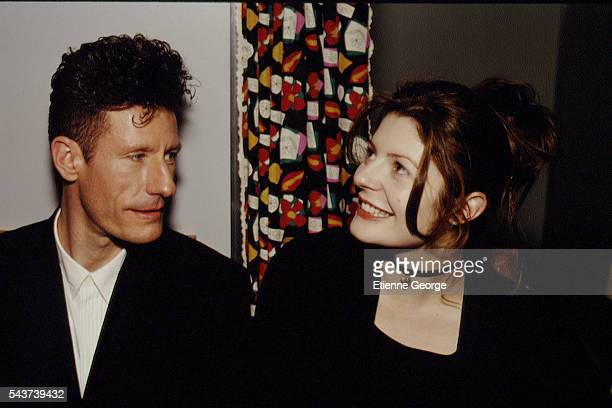 American singer and songwriter Lyle Lovett with French actress Chiara Mastroianni on the set of the film Prêt-à-Porter, , directed by American...