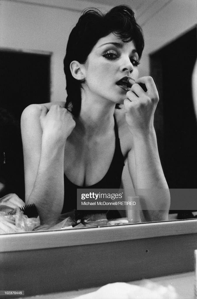 Madonna Applies Lipstick : News Photo