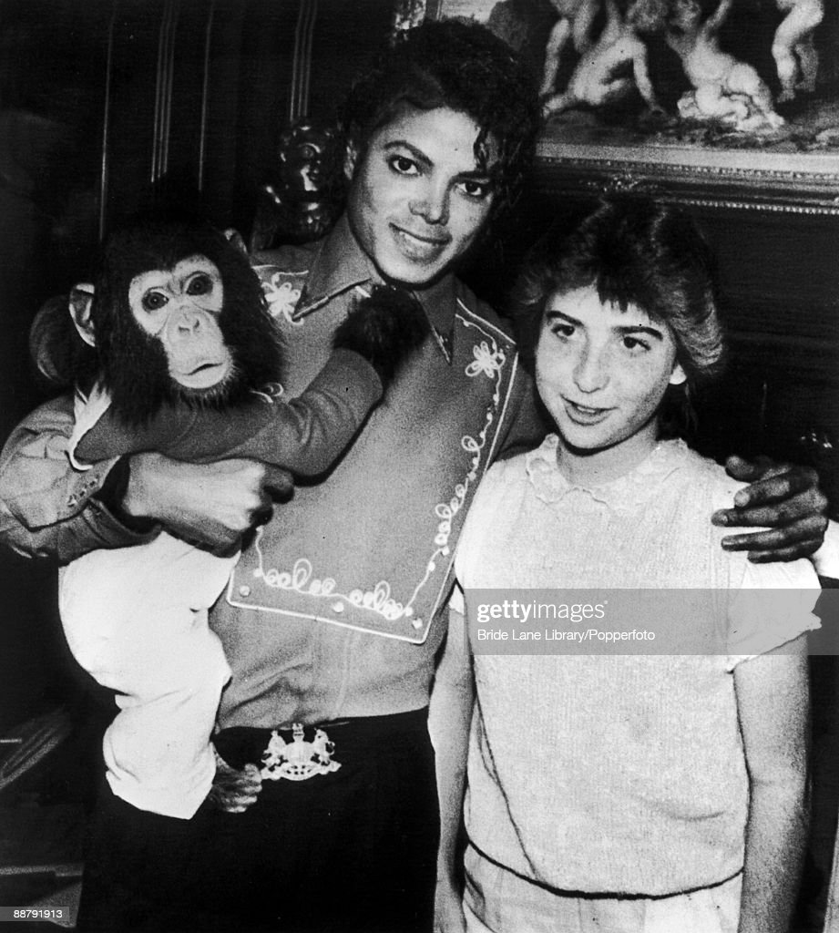 American singer Michael Jackson (1958 - 2009) poses with 14-year-old fan Donna Ashlock and his pet chimpanzee Bubbles at the Neverland Ranch in Santa Barbara County, California, 8th March 1986. Donna was recently the recipient of a heart transplant from high school friend Felipe Garza, who died of a brain haemorrhage.