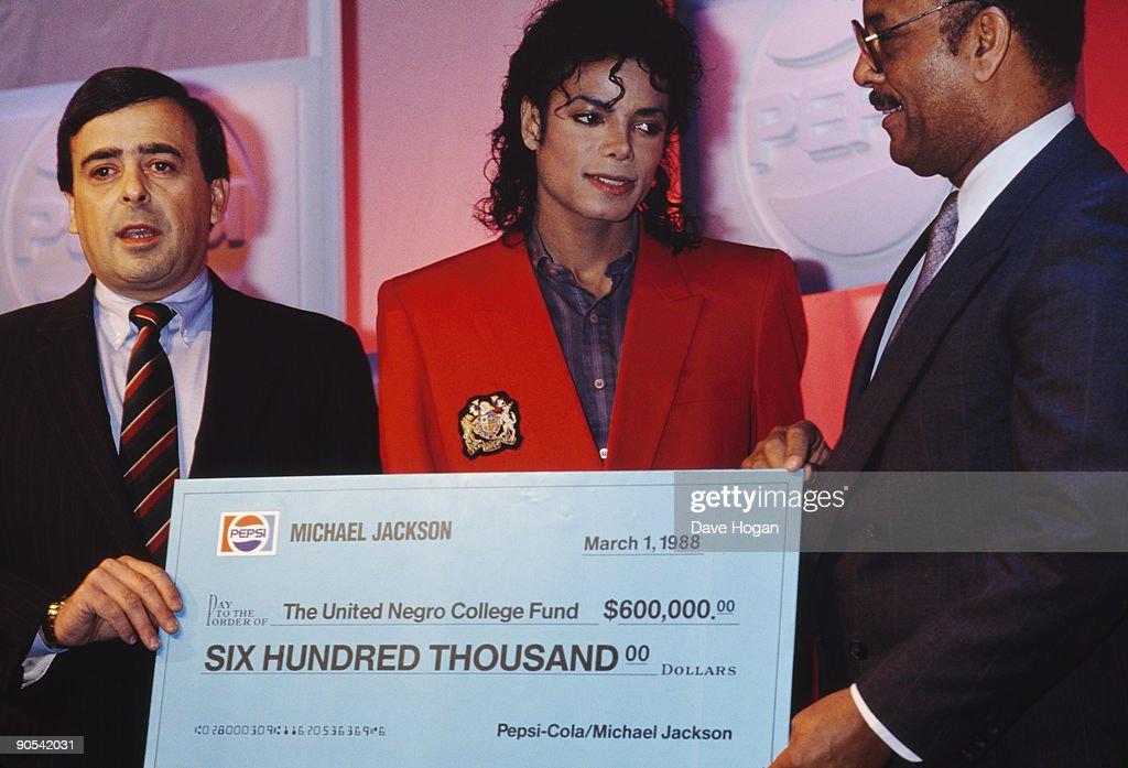 Michael Jackson's Cheque : ニュース写真