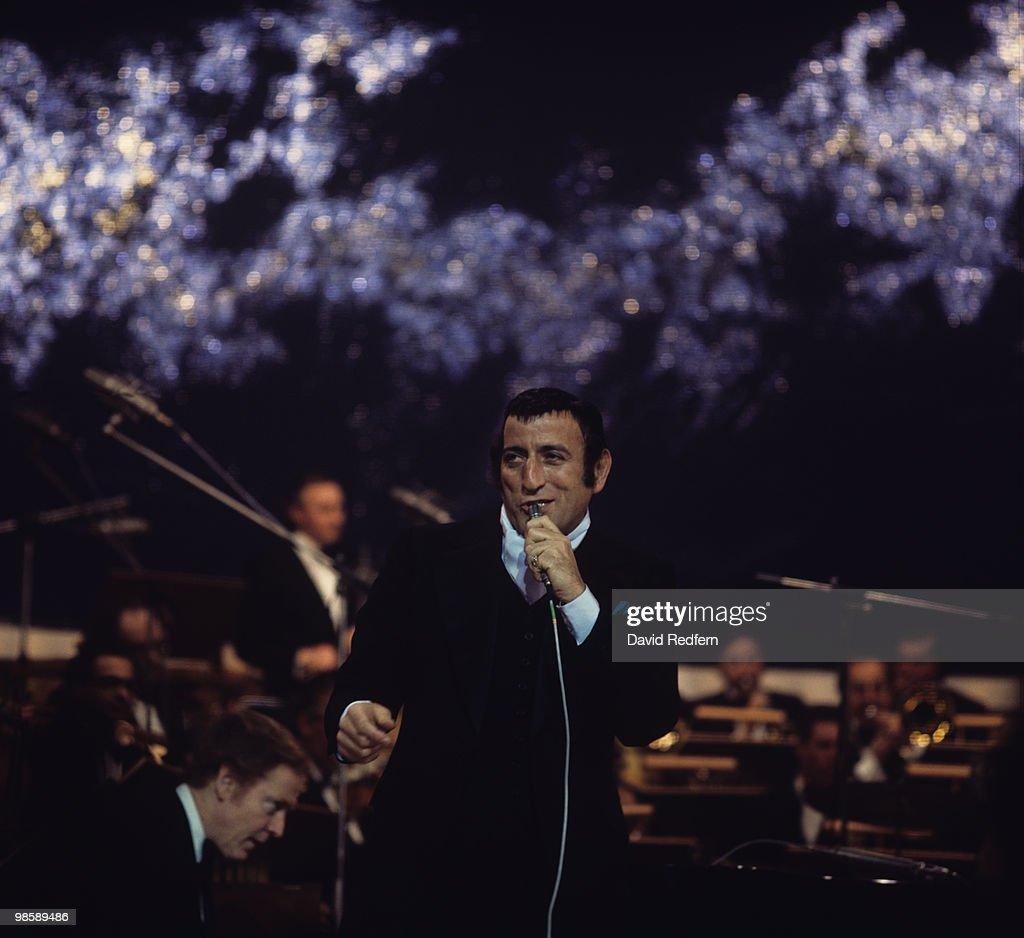 Tony Bennett Performs On Stage : News Photo