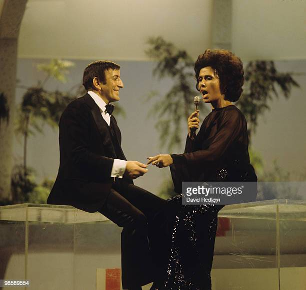 American singers Tony Bennett and Lena Horne perform on a television show in the 1970's.