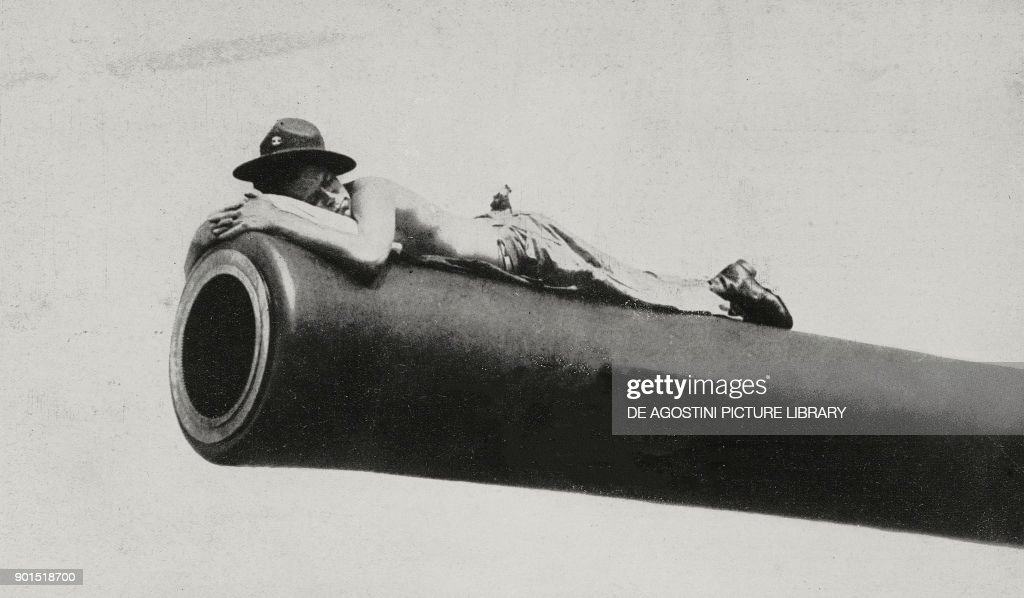 Soldier sleeping on cannon at Pearl Harbor : ニュース写真
