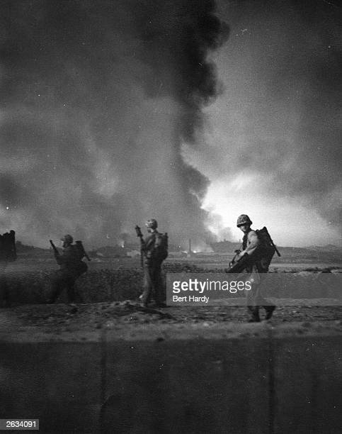 American soldiers push inland from Inchon during the Korean War, September 1950. Original Publication: Picture Post - 5086 - Korean War Series - pub....