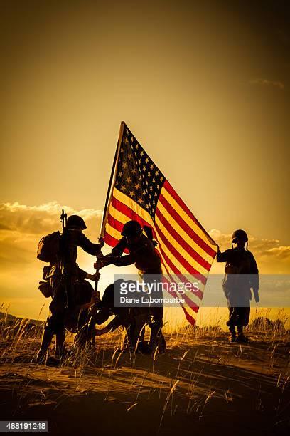 第二次世界大戦アメリカ人の兵士米国の旗を上げる - 米退役軍人の日 ストックフォトと画像