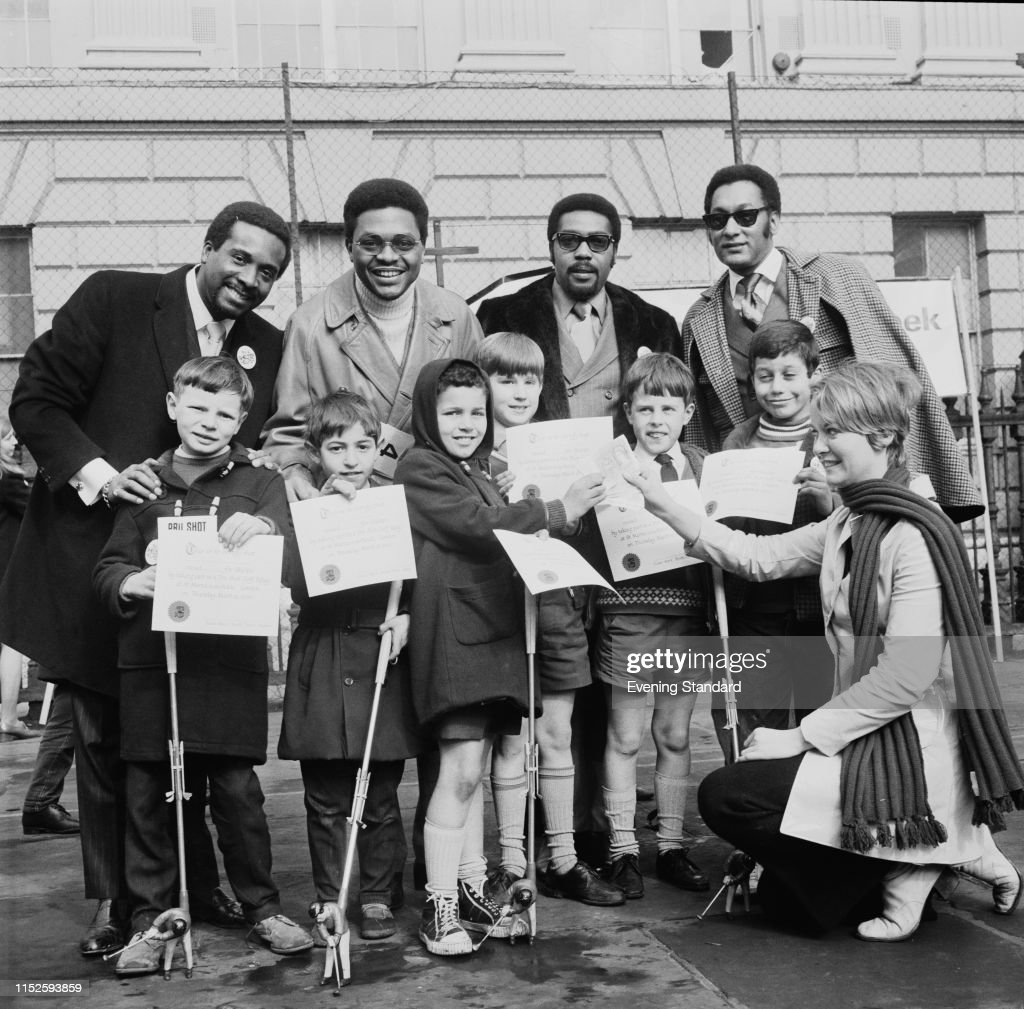 Four Tops with Schoolchildren : News Photo