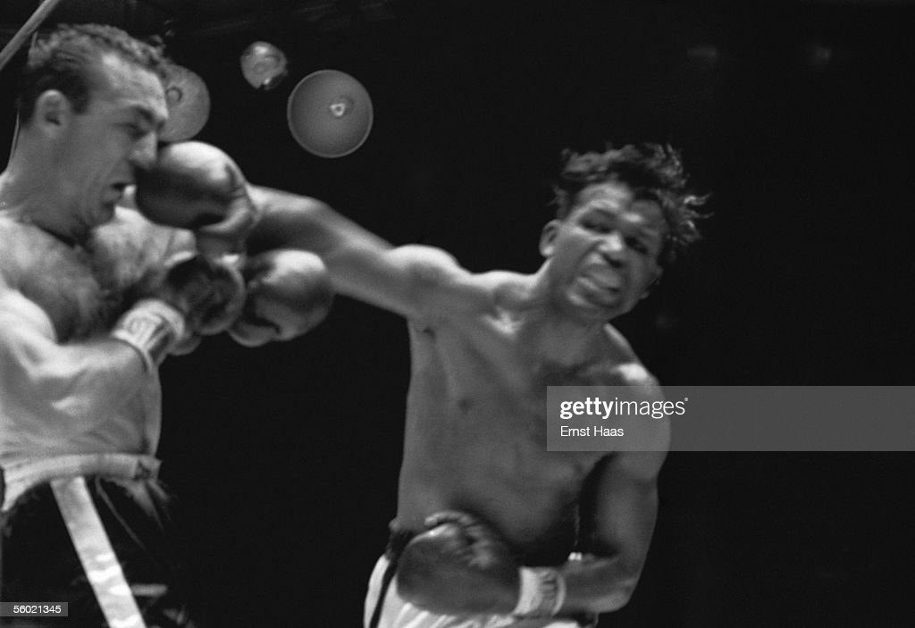American Sugar Ray Robinson (1921 - 1989) lands a punch on the nose of Carmen Basilio during their World Middleweight title rematch at Chicago Stadium, 25th March 1958. Robinson won the match on points to regain the tiltle, which he had lost to Basilio the previous September.