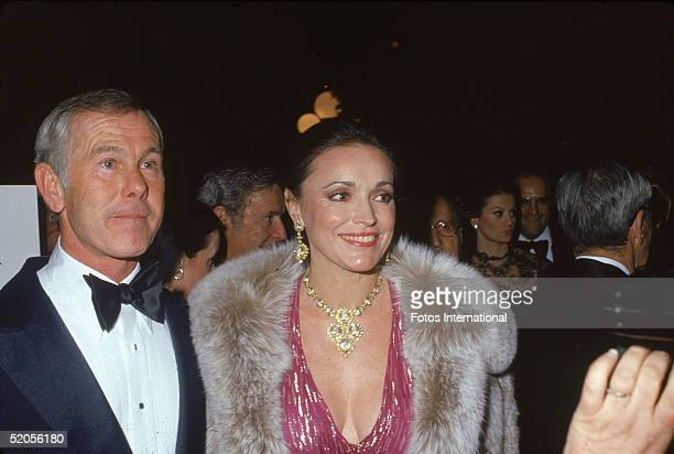 American talk show host and comedian Johnny Carson and his third wife Joanna Holland pose for a pciture as they attend the Hollywood premiere of the...