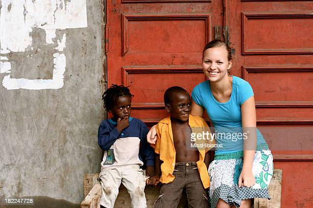 Teen avec enfants africains américains