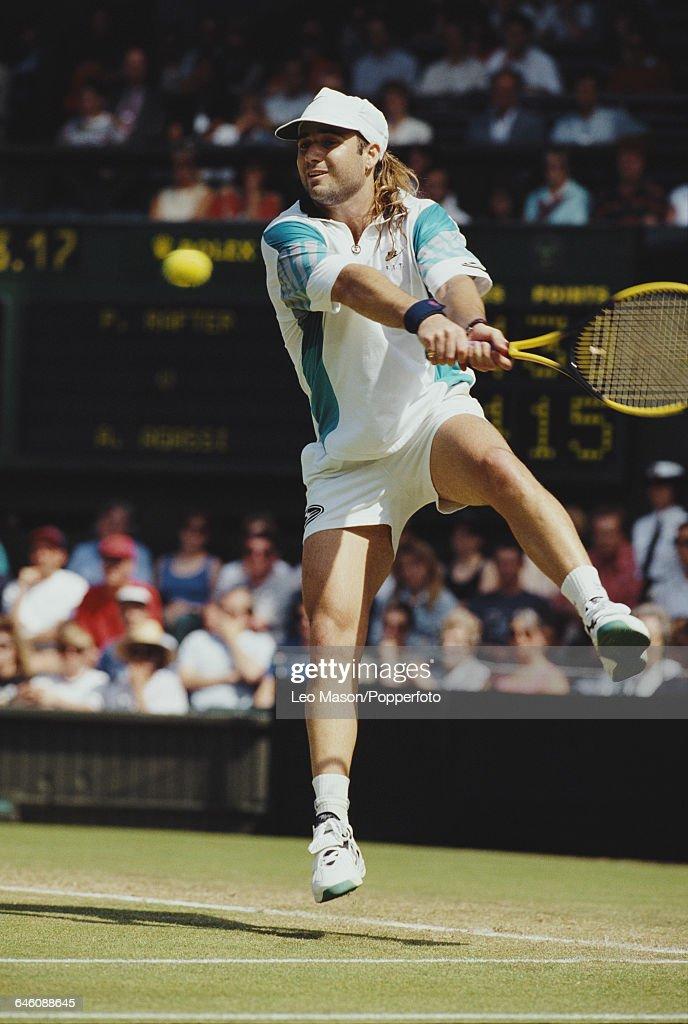 Andre Agassi At 1993 Wimbledon Championships : Nachrichtenfoto