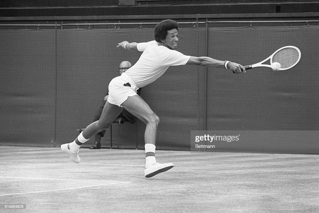 Arthur Ashe Hitting Backhand Shot at Wimbledon : ニュース写真