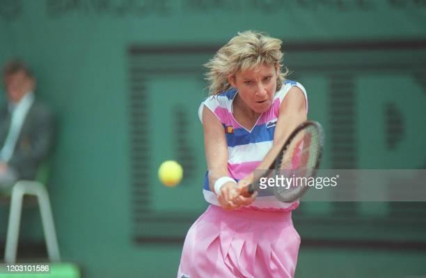 American tennis player Chris Evert prepares a shot in her match against Italian Rafaela Reggi here 02 june 1987 at Roland Garros stadium during the...