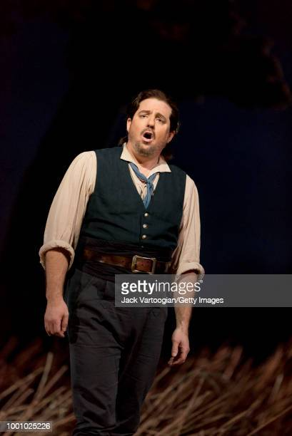 American tenor Matthew Polenzani performs the act II aria 'Una furtiva lagrima' at the final dress rehearsal prior to the season premiere of the...
