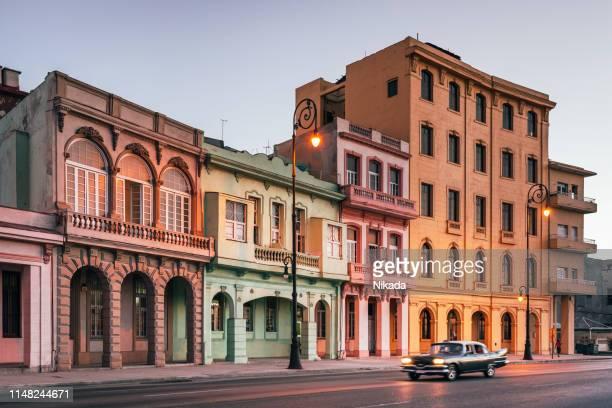 キューバ、ハバナのマレコンに沿ってスピードアップするアメリカのビンテージ車 - 20世紀 ストックフォトと画像