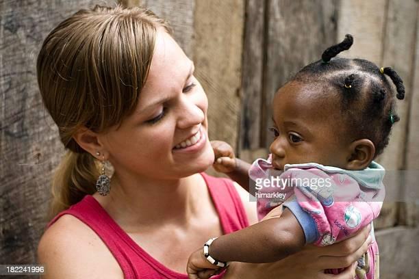 Afrikanische amerikanische Frau hält Baby