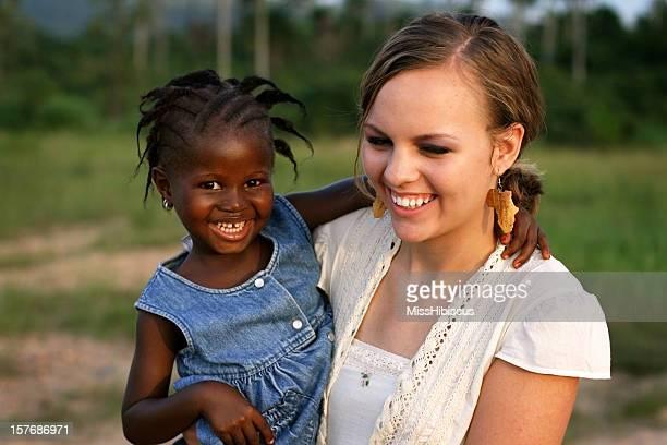 afro femme américaine tenant fille - femme ivoirienne photos et images de collection