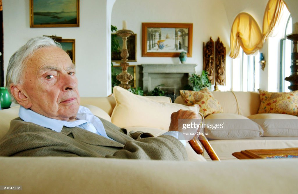 American writer Gore Vidal poses in his living room of 'Villa la Rondinaia,' his Italian residence August 7, 2004 in Ravello, on Amalfi's coast Peninsula of Sorrento, Italy.